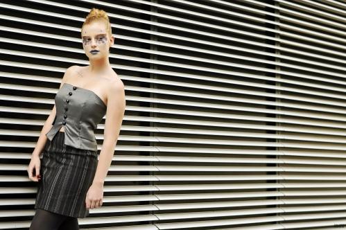 Bustier taffetas gris et jupe noire rayée