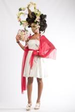 Robe courte en taffetas ivoire, ceinture et étole en mousseline rouge