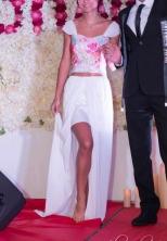 Top dentelle multicolore et mousseline blanche, jupe satin et mousseline blanche